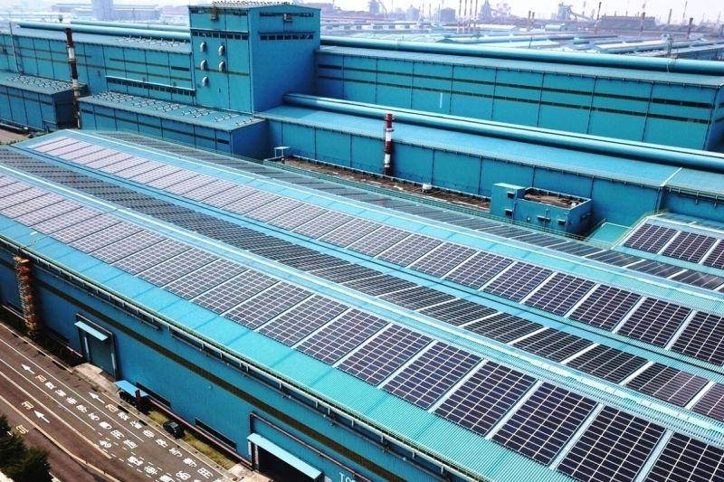 ▲中鋼公司積極推動減碳工作,以善盡企業社會責任,圖為中鋼第3冷軋廠區太陽光電工程建置情形。(資料照/記者黃守作攝)
