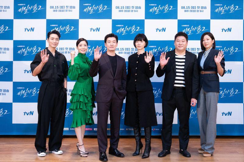 ▲李浚赫(左起)尹世雅、曹承佑、裴斗娜、崔武成、田慧振出席記者會。(圖/Netflix)