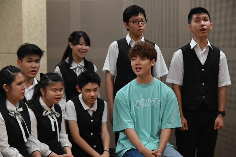 ▲三原慧悟(藍衣)想當歌手唱進台北小巨蛋,每天苦練、日睡2小時。(圖/三原JAPAN Sanyuan)