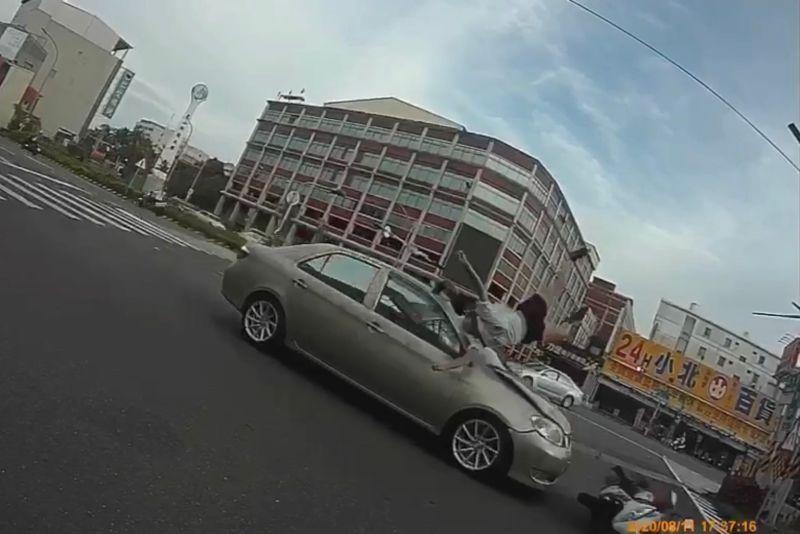 驚悚畫面!台南女騎士左彎遭撞 頭部重創送醫