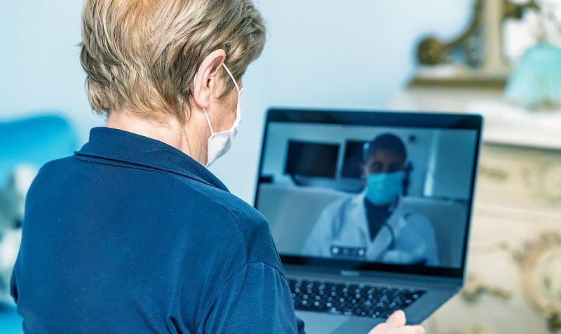 ▲即便不出門,也可以透過視訊的方式進行第一步的看診。(圖/Shutterstock)