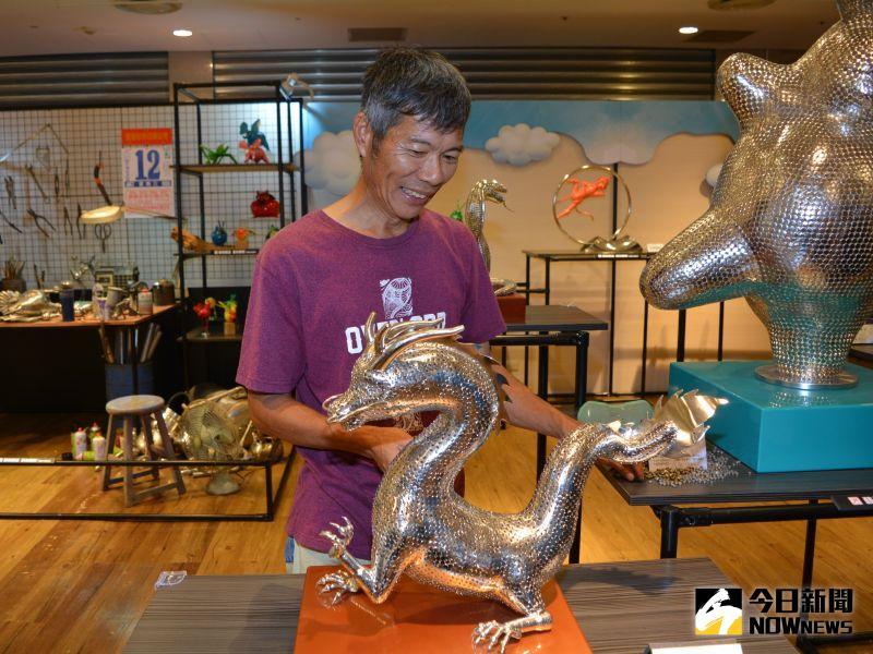 ▲賴銘傳與展出的12生肖系列靜態藝術品專區。(圖/記者郭政隆攝影2020.8.12)