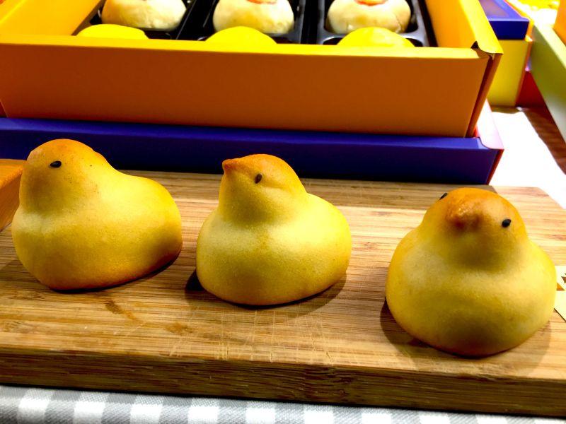 ▲超萌外型的小雞日式和菓子,淡黃色的菓子外皮包裹著甜而不膩的白豆沙餡。(圖/記者黃仁杰攝,2020.08.12)