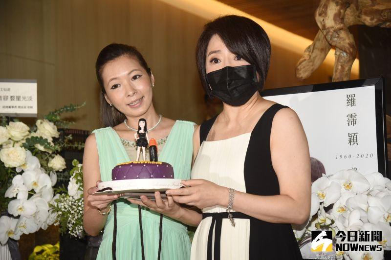 ▲于美人(右)和Makiyo拿出冥誕蛋糕,羅霈穎拎名牌包站中間。(圖/記者陳明安攝)
