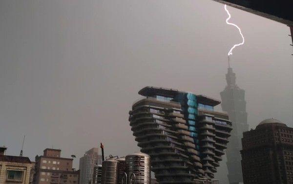▲網友拍下雷電擊中101大樓頂端的一瞬間。(圖/陳小中授權提供)