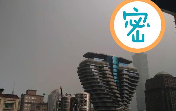 ▲午後對流旺盛,網友拍下雷電擊中101大樓頂端的一瞬間。(圖/陳小中授權提供)