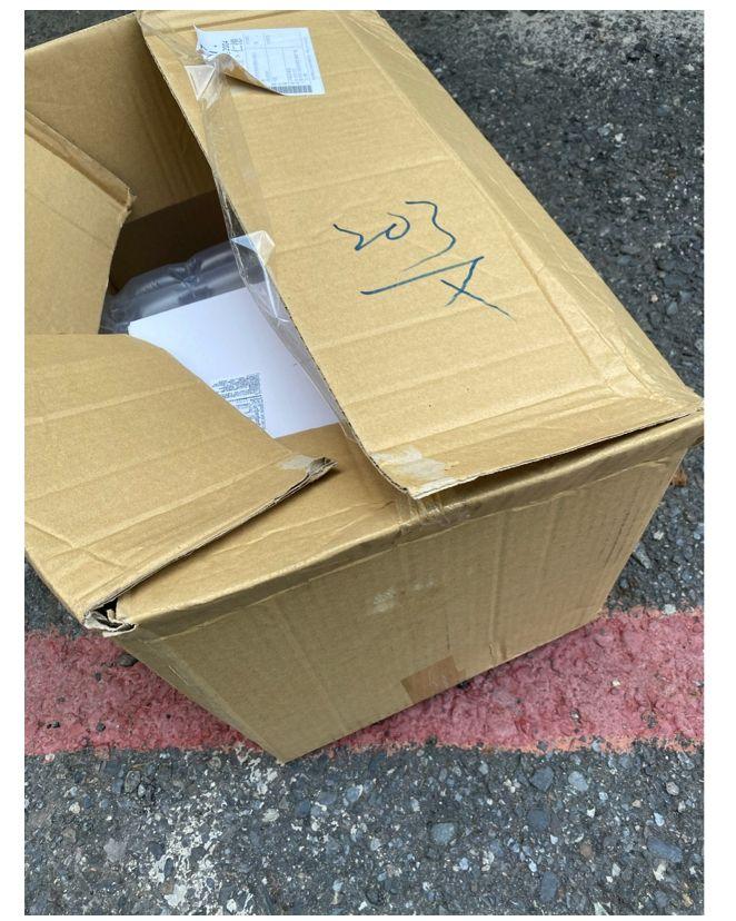 ▲網友分享自己網購經驗,沒想到收到物品只有一個紙箱跟一條膠帶黏起來。(圖/翻攝PTT)