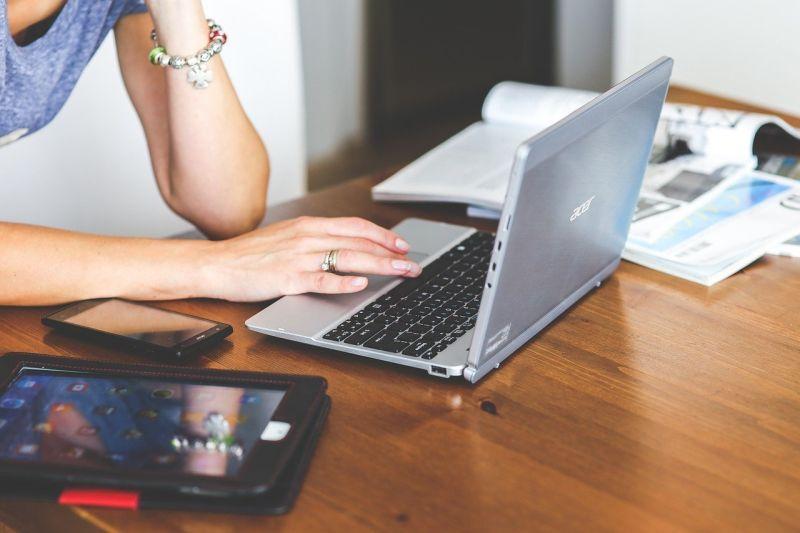 ▲網友們紛紛留言表示「女雇員超讚好嗎,準時下班又穩定加薪」。(示意圖/翻攝Pixabay)