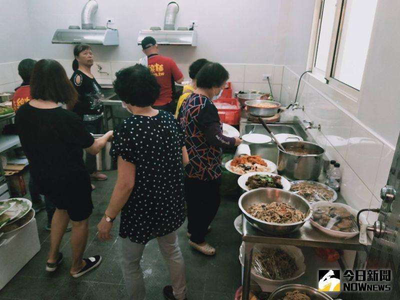 ▲忠覺社區銀髮樂齡學堂擁有乾淨的廚房和衛生設備。(圖/記者陳雅芳攝,2020.08.13)