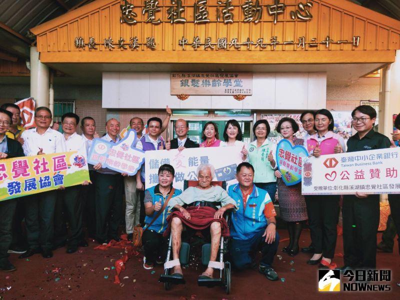 ▲忠覺社區101歲陳姓阿祖由家人推著輪椅參加新的關懷據點啟用活動。(圖/記者陳雅芳攝,2020.08.13)