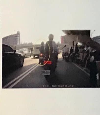 ▲同事騎機車躲避太陽,被開罰300元,但若無特殊情況突然把車停在路中間,依法最重可開罰24000元。(圖/翻攝自《爆料公社》