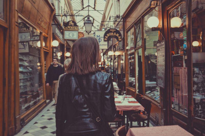 ▲男網友分享和女友去逛街時,在路上看見一位辣妹,他轉頭再看了一眼,怎知女友竟氣到直接騎車走人。(示意圖,圖中人物與文章中內容無關/取自unsplash)