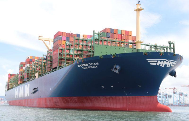 ▲韓商韓新遠洋公司所屬全球最大貨櫃船─巴拿馬籍韓遠格但斯克號貨櫃輪首航高雄港的情形。(資料照/記者黃守作攝)