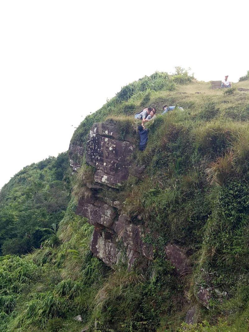 ▲王燦為戲要在陡峭的懸崖吊鋼絲。(圖