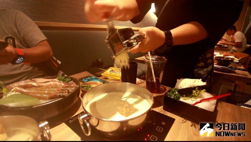 ▲招牌的「札幌起士牛奶鍋」還提供了刨起士的桌邊服務。(圖/記者李春台攝)