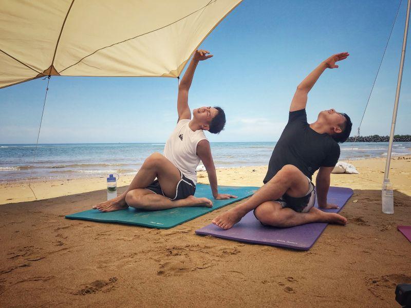 影/慘叫聲不斷!柯震東沙灘上「做瑜伽」超爆笑