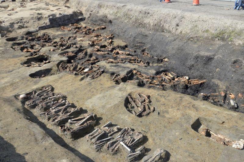 ▲狹川真一教授指出,目前初步研判這些遺骨生前,應該庶民百姓,從上次出土遺骨調查分析來看,死亡平均年紀約30多歲,也有不少兒童被埋葬。(圖/翻攝自大阪市文化財協會網站
