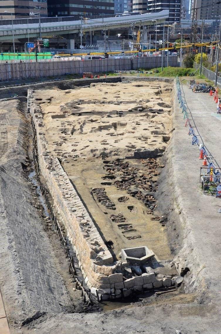 ▲根據報導指出,發現人骨的地點位於大阪車站旁邊開發區的墓地遺跡內,而這片墓地在百年前江戶時期被稱作「梅田墓」,為古時「大阪七墓巡」的遺址之一。(圖/翻攝自