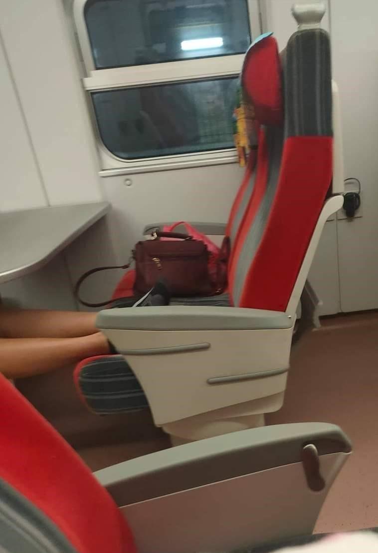 ▲坐在對面的乘客,竟然直接把腳「饋」在原PO的位置上,而那位乘客看到原PO正盯著她,慢慢回應「還沒有什麼人,妳要不要先去別的位置坐?」。(圖/翻攝自《爆怨公社》