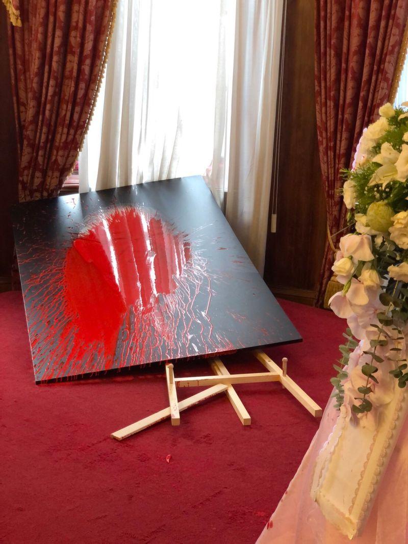▲前總統李登輝日前辭世,遺體今天火化,不料設於台北賓館的追思會場竟遭民眾潑漆。(圖/讀者提供)