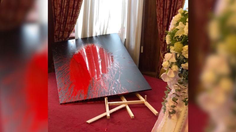 民眾闖台北賓館李登輝追思會場<b>潑漆</b> 總統府譴責