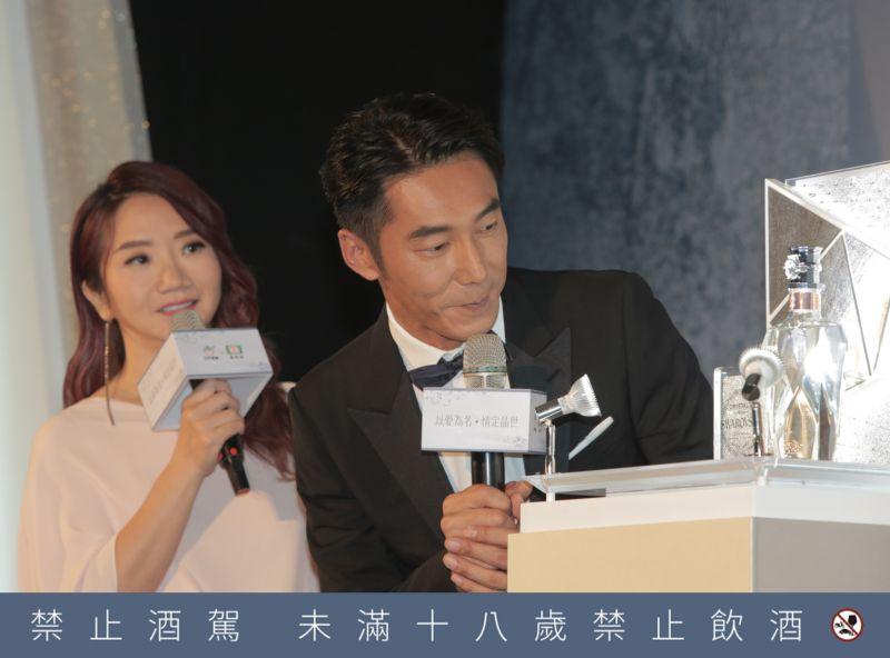 ▲陶晶瑩與李李仁在記者會上對「情定晶世金門高粱酒」上水鑽接近八心八箭的耀眼光芒,感到非常驚豔。(圖/NOWnews攝)