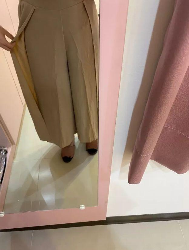 ▲原PO表示,這件寬褲是做成上下兩層布料,而且店員說走路的時候,看起來比較有垂墜感和飄逸感。(圖/翻攝自《Dcard》