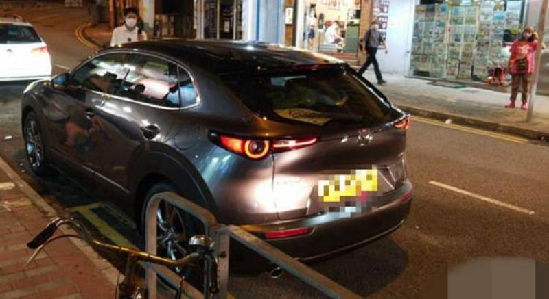 ▲香港泛民派立法會議員許智峯 14 日晚間遭不明車輛跟蹤、碰撞,控訴港警縱放、包庇。(圖/翻攝自巴士的報)