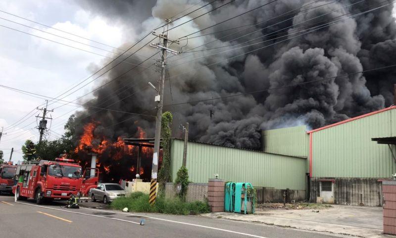 ▲鐵皮屋工廠火警冒出大量濃煙。(圖/雲林縣政府提供)