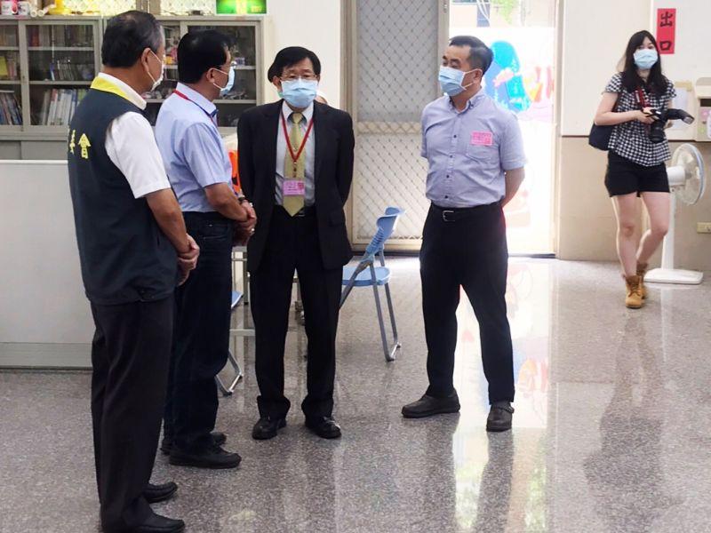 楊明州巡視投開票所 呼籲選民落實防疫踴躍投票