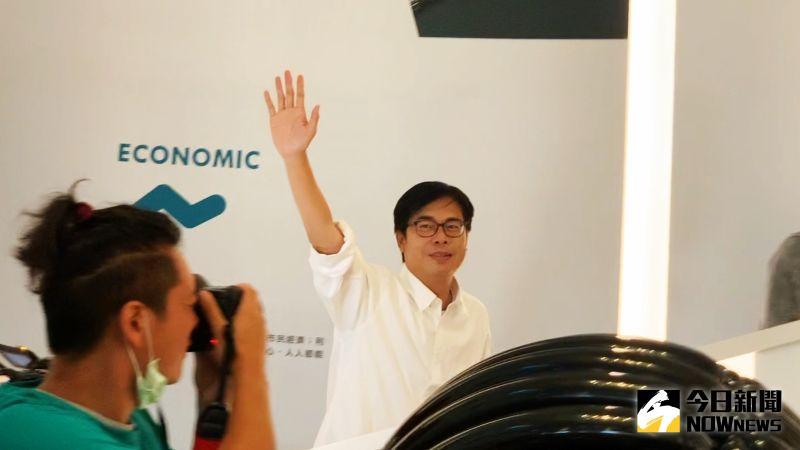 ▲陳其邁在進入競選總部時受到大批支持者歡迎(圖/記者郭俊暉攝)