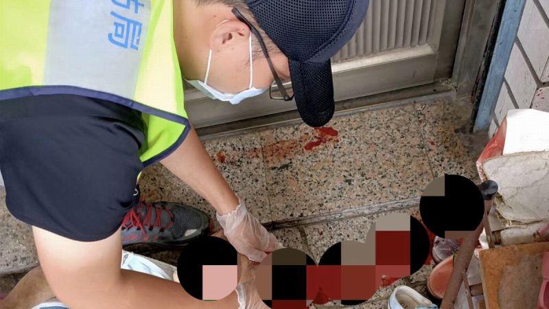 ▲內埔警方抵達現場後鍾姓老翁因頭部遭器物毆打,血流不止,隨即由送醫急救,因傷重經醫院宣告不治死亡。(圖/內埔警分局提供,