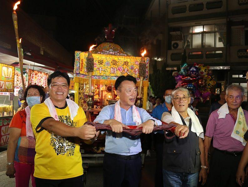 ▲嘉義縣長翁章等人扶著李王爺的神轎一起火燈夜巡。(圖/嘉義縣政府提供)