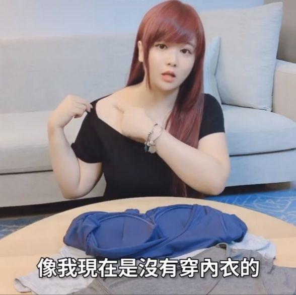 ▲小小瑜在鏡頭前大方拉下衣服露出香肩。(圖/小小瑜臉書)