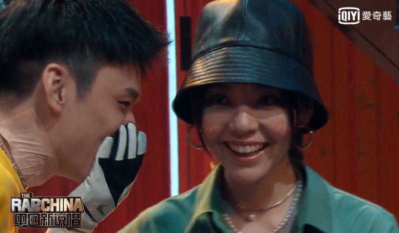 《<b>中國新說唱2020</b>》選手獻愛意 張靚穎被撩露出羞澀笑臉