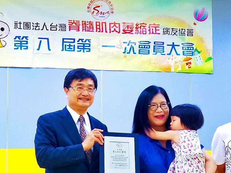 ▲台灣SMA協會理事長鐘育志(左)致贈感謝牌給立委管碧玲(中),感謝多年來不斷關懷病友,並且努力為病友爭取相關權益。(圖/高醫大提供)