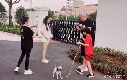 ▲張庭和林瑞陽帶著兒子拍影片。(圖