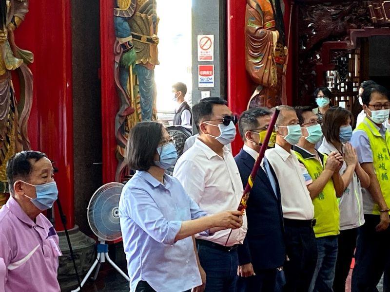 ▲蔡英文總統在爐源寺參拜。(圖/記者李清貴攝,2020.08.17)