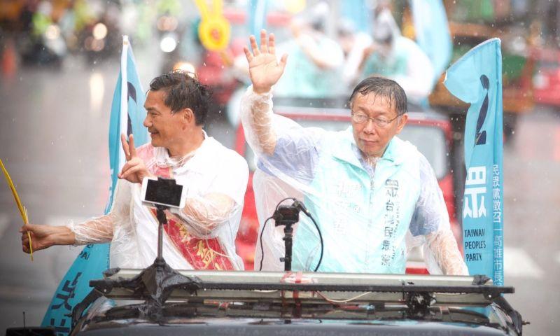 ▲高雄市長補選投票日前一天(14日),柯文哲冒著大雨與吳益政一同進行車隊掃街。(圖/翻攝柯文哲臉書)