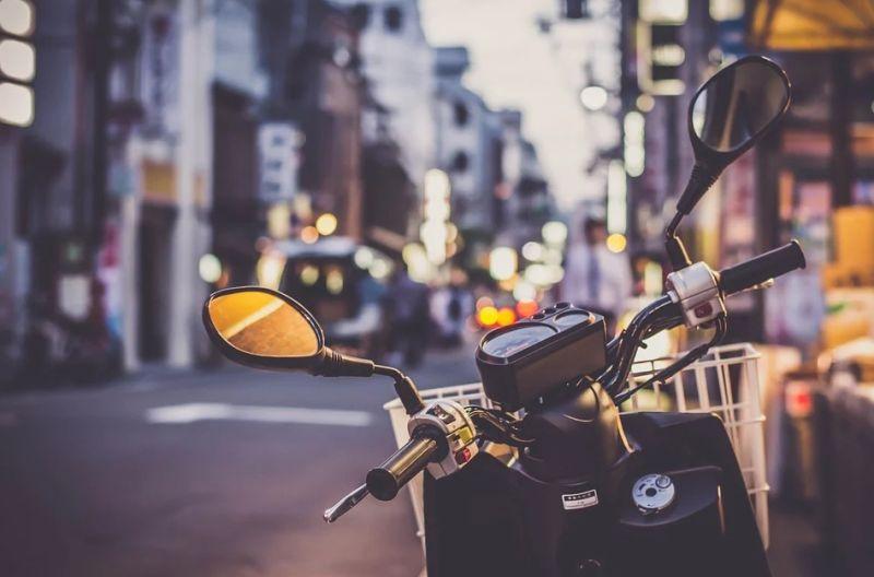 ▲原PO發現許多騎士習慣手叼著煞車。(示意圖/翻攝自Pixabay)