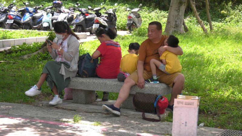 ▲爸爸抱著小朋友在太武山下苦苦等待,一臉無奈。(圖/記者蔡若喬攝)