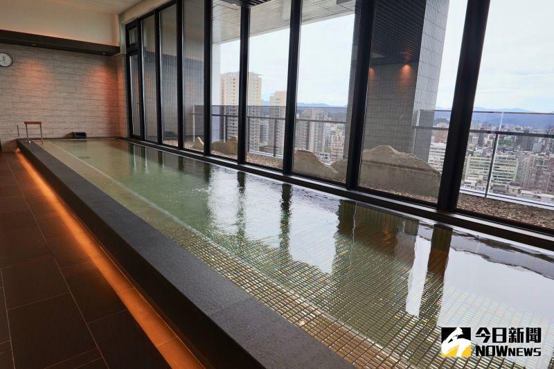 ▲飯店頂樓有台北市區難得一見的大浴場。(圖/記者陳致宇攝)