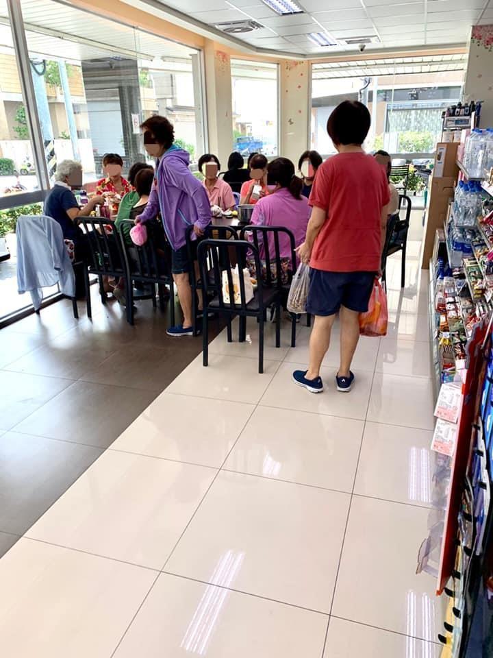 ▲原PO看到,一群大媽正在超商裡一起吃早餐,他們不但把桌子全併起來,整個走道直接截斷,根本無法通行。(圖/翻攝自《爆怨公社》