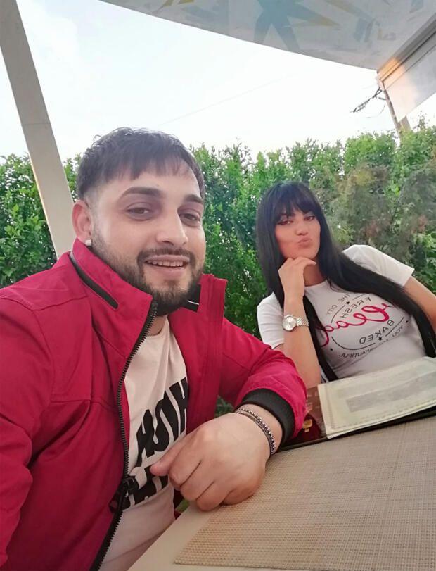 ▲普斯裘(左)與妻子遇上死亡車禍。(圖/kelebek)
