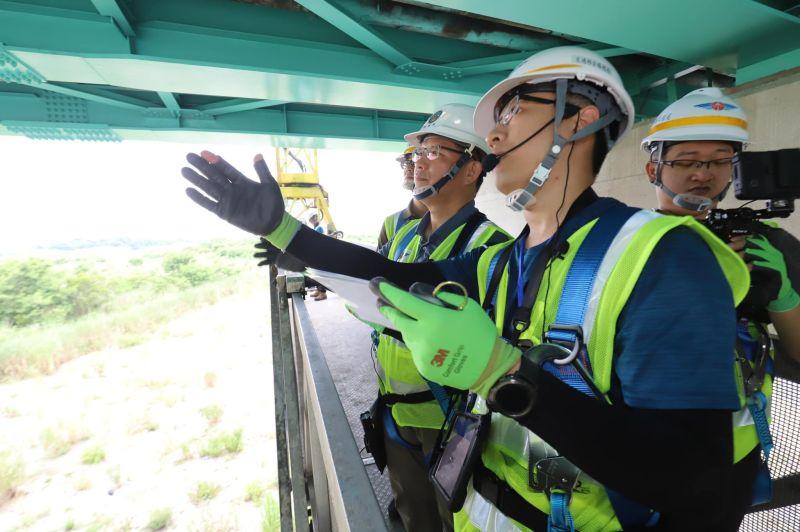 ▲交通部長林佳龍昨( 18 )日也親自跟著橋梁檢測員視察橋檢工作,期盼透過完善的檢查制度、資料庫,讓台灣的橋梁更安全。(圖/交通部)