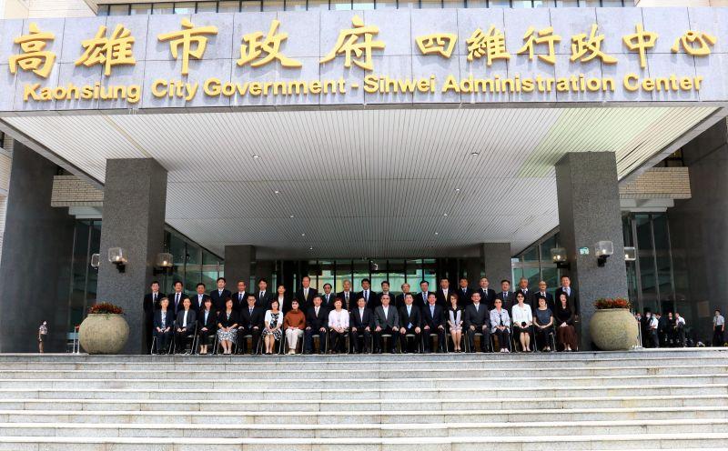 ▲高市代理市長楊明州今(18)日與市府團隊進行畢業照合影。(圖/高市新聞局提供)
