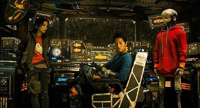 ▲▼宋仲基(中)新電影飾演給錢就辦事的飛行員。(圖/Naver電影)