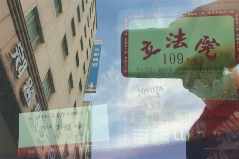 ▲有網友在臉書《爆料公社》指控,桃園市天晟醫院門口下午遭到整排立委座車擋住門口。(圖/翻攝《爆料公社》)