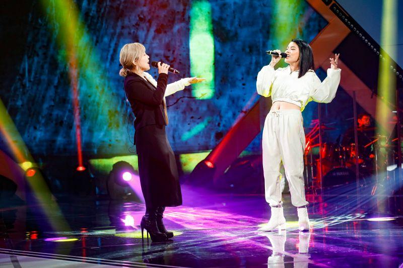 ▲楊零(左)與李佳薇(右)在舞台上狂野飆唱《相愛後動物感傷》。(圖/記者林調遜攝)