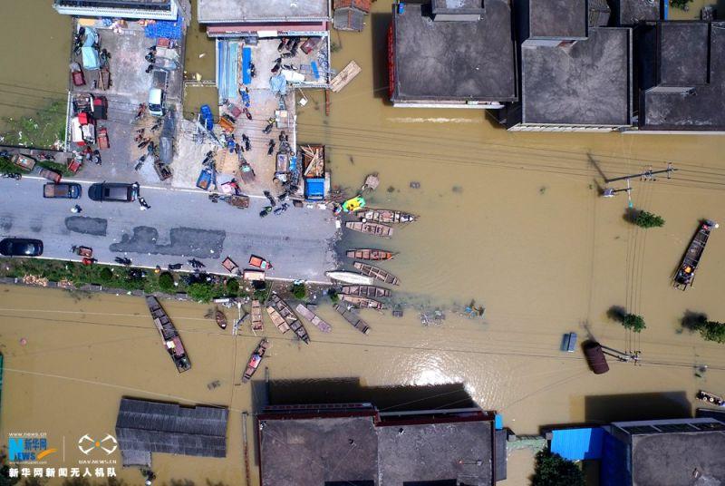 ▲今年7月安徽降下強降雨,導致當地道路崩塌。(圖/翻攝自新華社)
